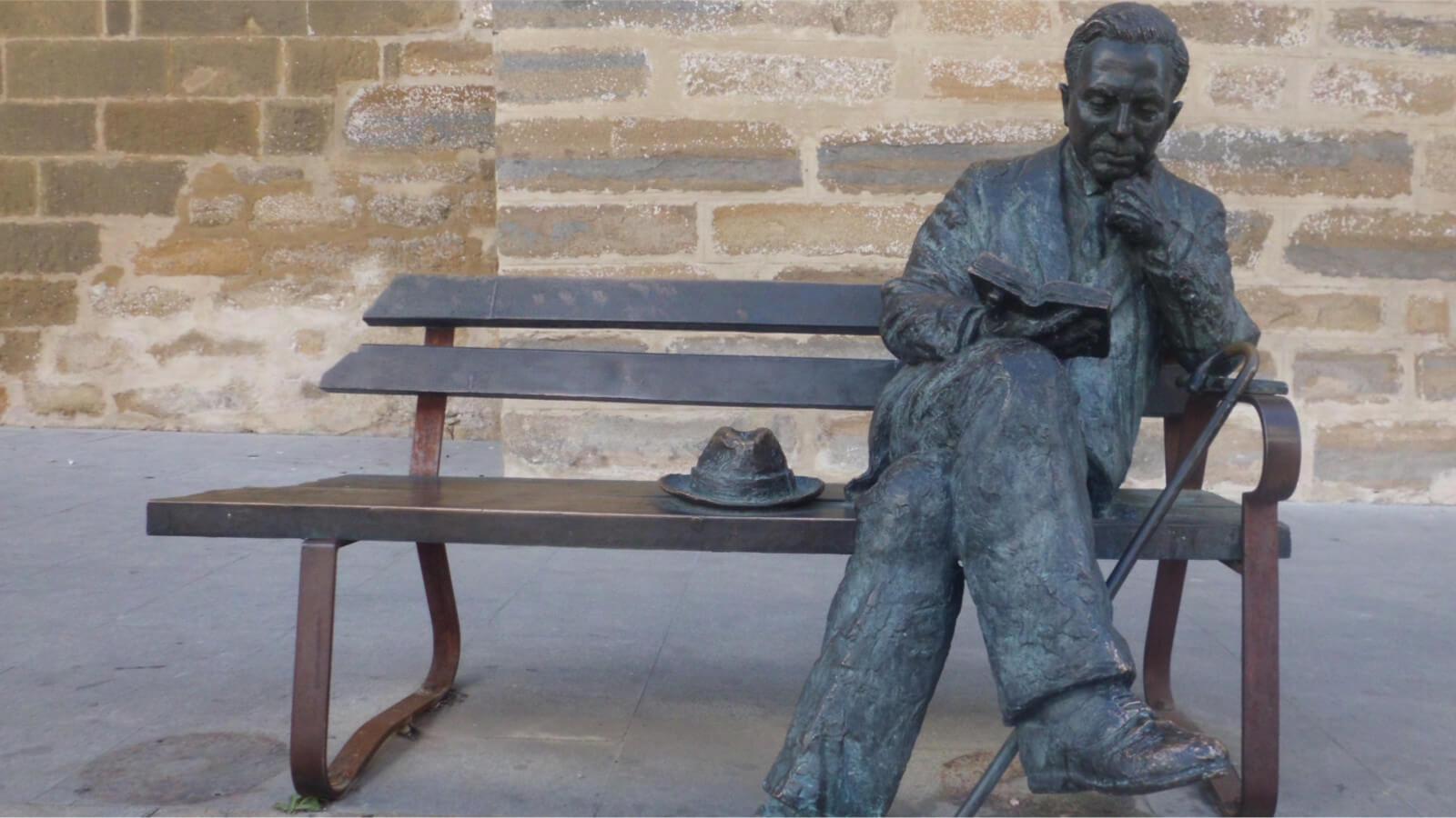 Estatua sedente de Antonio Machado en la calle San Pablo de Baeza (Jaén)