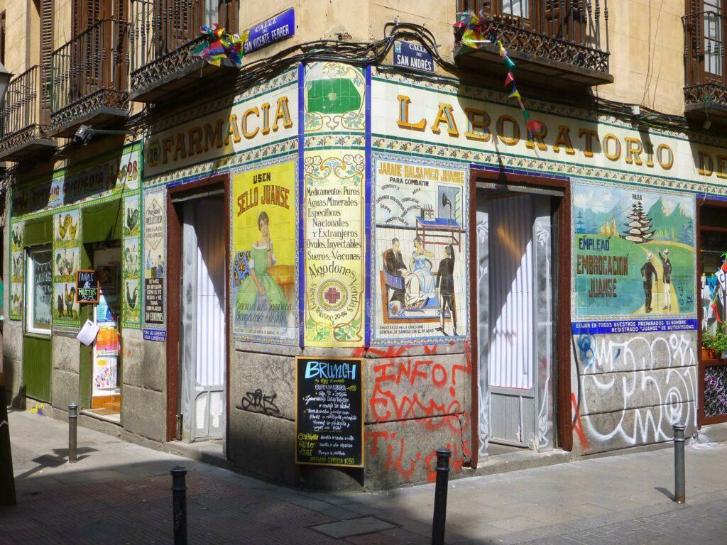 Paseo barrio de Malasaña, Tribunal y mercado Barceló