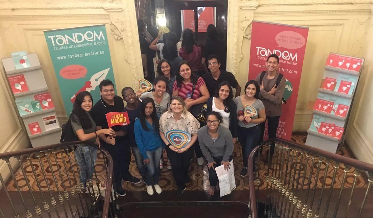 Lucas Pereira con sus compañeros en las escaleras de la Escuela TANDEM Madrid