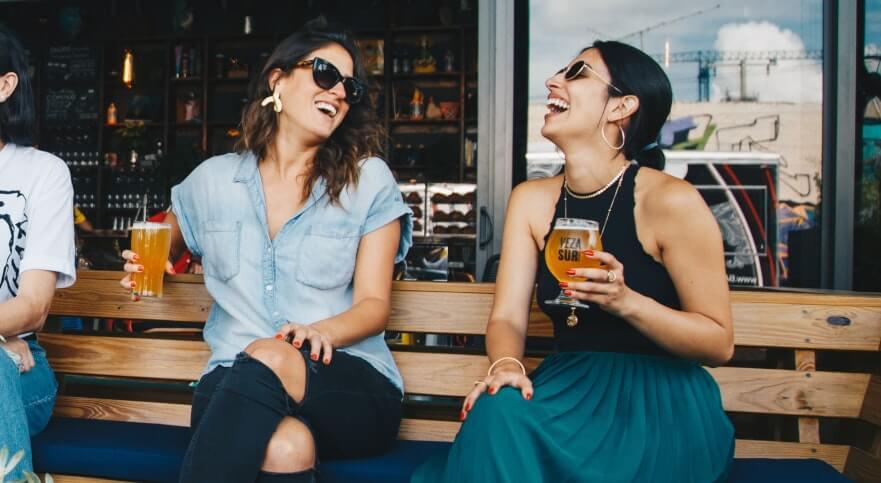 Mujeres tomando algo